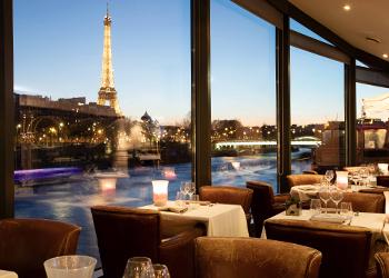 Restaurant insolite et romantique à Paris sur un bateau péniche | Bateaux  Mouches®